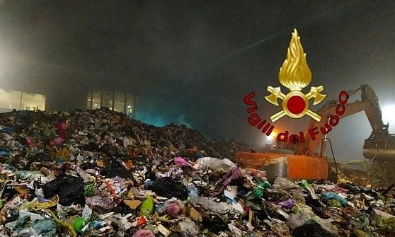 Roma, fiamme nell'impianto rifiuti di Rocca Cencia: Procura indaga per incendio colposo