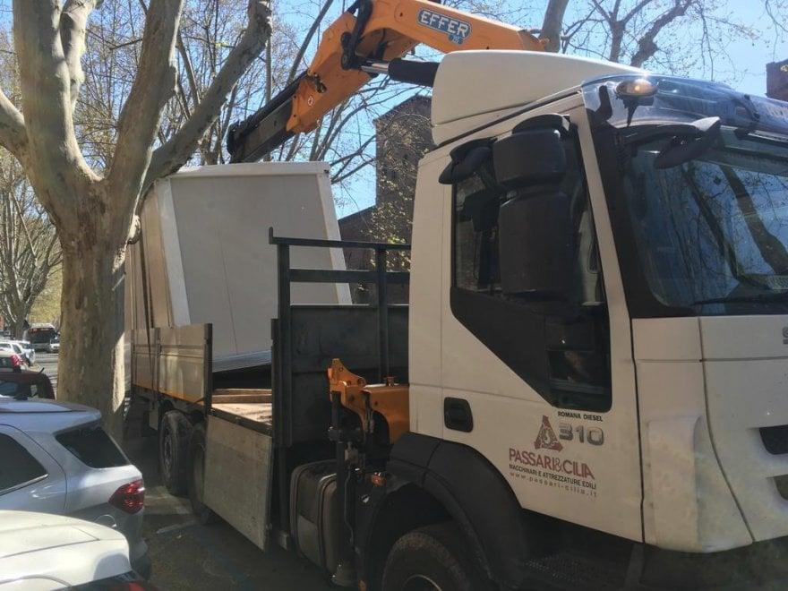 Roma, camion si incastra nell'albero: disagi su Corso Italia