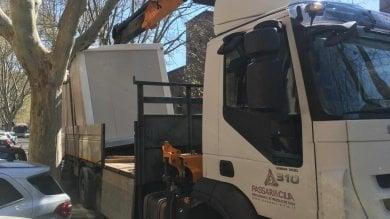 Camion si incastra nell'albero: disagi su Corso Italia