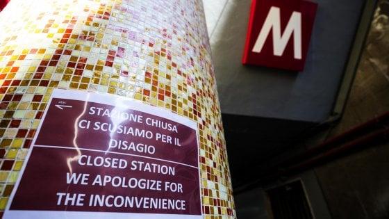 """Stazioni Metro A chiuse, Raggi: """"Cancellato contratto manutenzione"""". Si dimettono tecnici scale mobili"""