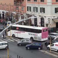 Roma, pullman contro semaforo in piazza dell'Alberone: un ferito