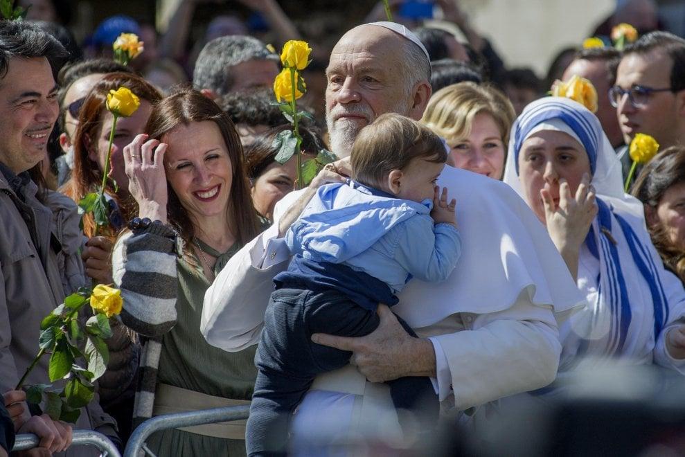 Sorpresa in via della Conciliazione: John Malkovich sulla Papamobile per le riprese di 'The new Pope'