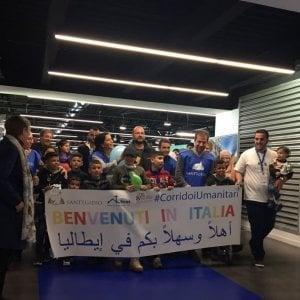 """Migranti, la gioia dei bimbi a Fiumicino: """"Finalmente via da sofferenze"""""""