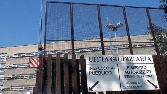 Roma, abusa della figlia di 11 anni della compagna: arrestato cinquantenne