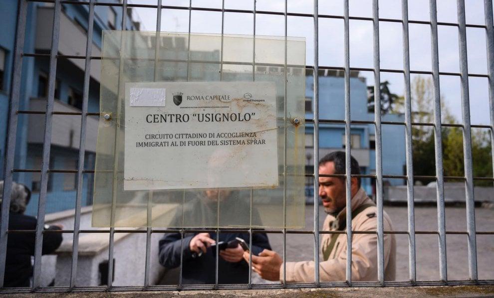 Roma, rivolta anti-rom  di Torre Maura: i residenti presidiano la struttura e accerchiano una nomade con bambino