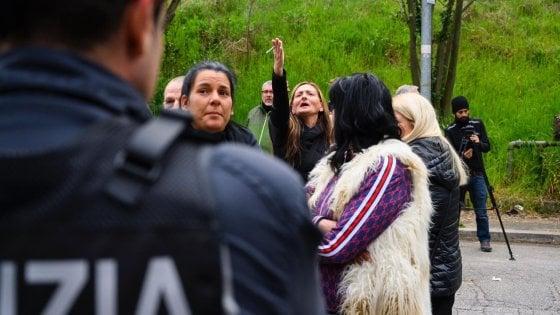 "Roma, rivolta anti-rom a Torre Maura: indignazione sui social: ""Disumani"""