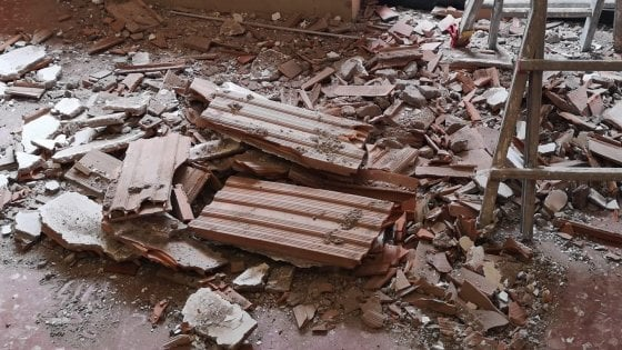 Roma, i bimbi vanno a mensa e crolla il soffitto della loro aula: tanta paura, nessun ferito