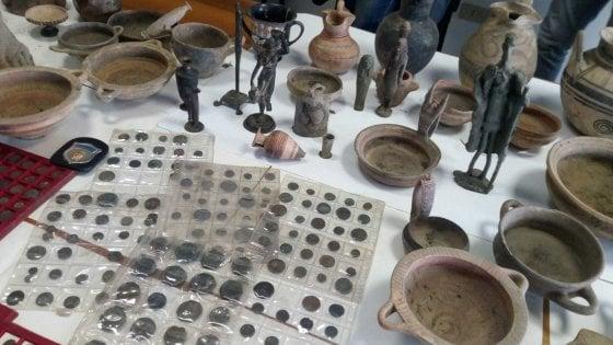 Aveva in soffitta duecento vasi greci, etruschi e romani e 900 monete: denunciato a Minturno
