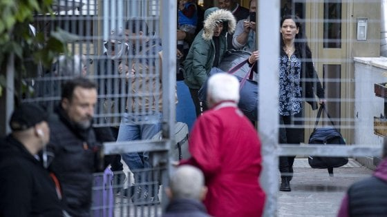 Torre Maura, ancora tensioni: petardo e saluti romani mentre vengono trasferiti i primi rom