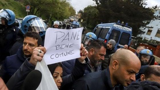 """La rivolta di Torre Maura a Roma, i rom: """"Vogliamo uscire"""".  Ancora requisito il pane"""