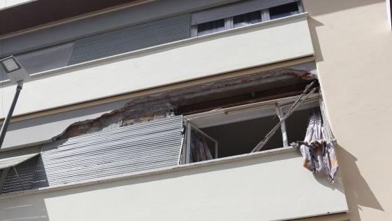 Roma, esplosione in un appartamento: decine di sfollati, grave un'anziana
