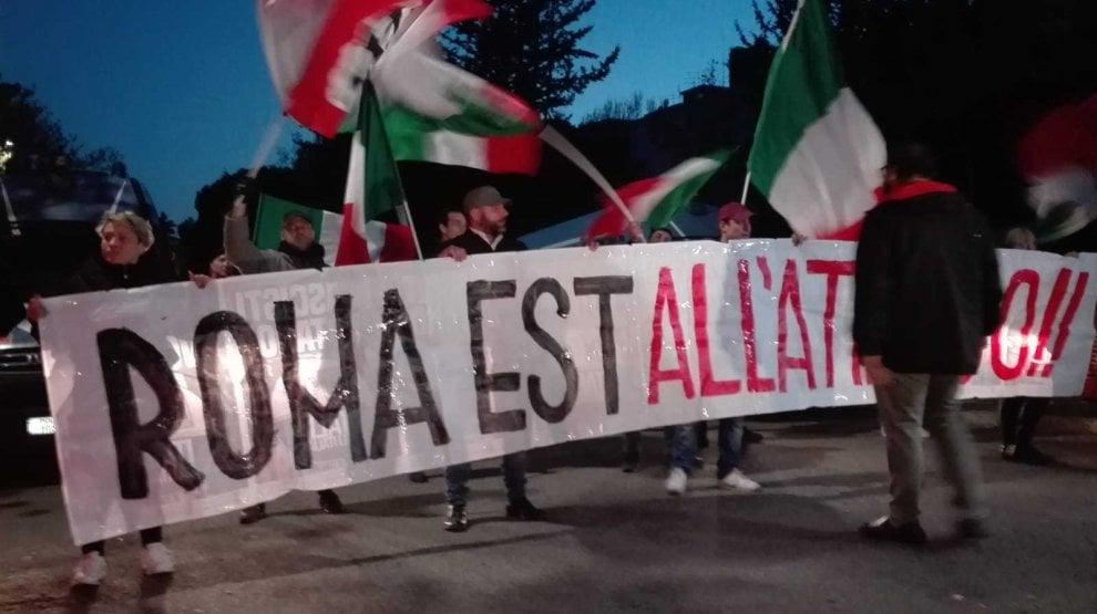 """Fiaccolata di Forza Nuova a Torre Maura: """"Roma est all'attacco. Ogni quartiere sarà una trincea"""""""