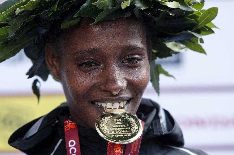 Maratona di Roma sotto la pioggia: diecimila di corsa nel centro della Capitale