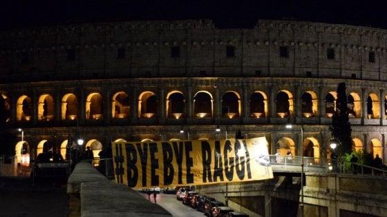 """Roma, a un passo dal Colosseo spunta lo striscione: """"Bye Bye Raggi"""""""