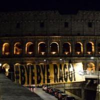 Roma, a un passo dal Colosseo spunta lo striscione: