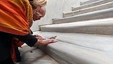 Roma, dopo 300 anni si scopre la Scala Santa: via il legno, tornano i marmi originari