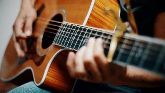 Roma, abusi sulle giovani allieve durante le lezioni chitarra in casa: arrestato