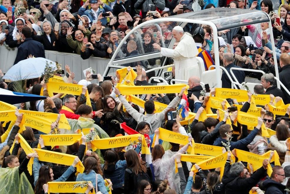 """Papa Francesco, in 50 mila in piazza San Pietro per la Domenica delle palme. Poi il giro sulla """"Papamobile"""""""