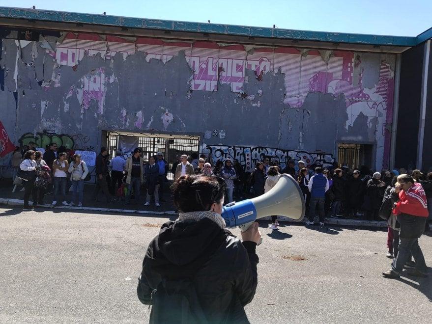 """Roma, blitz dei movimenti per la casa alla Ex Fiera: """"No al cemento dei palazzinari, vogliamo alloggi popolari"""""""