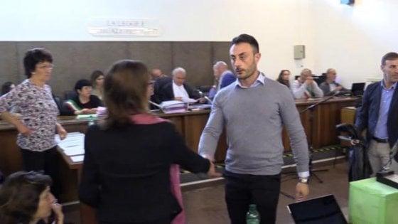 """Caso Cucchi, il carabiniere superteste: """"Per 10 anni colleghi nascosti dietro di me"""". E stringe la mano a Ilaria: """"Mi dispiace"""""""