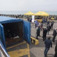 Fiumicino, pescatori plastic free: raccolta con le reti una tonnellata di rifiuti