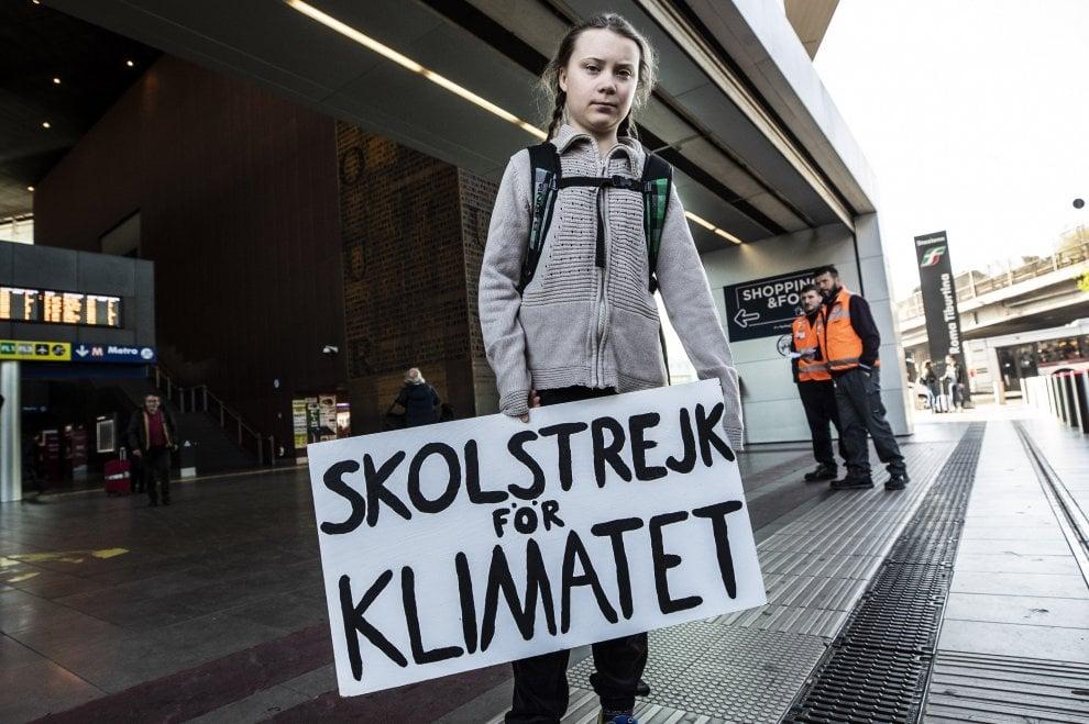Friday for Future a Roma, l'arrivo di Greta Thunberg alla stazione ...