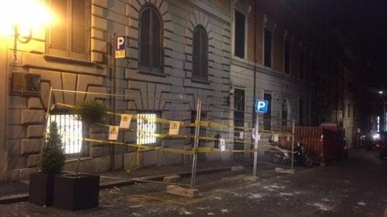 Roma, crolla pezzo di cornicione di un hotel in pieno centro: tanta paura , un ferito lieve