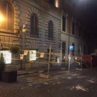 Roma, crolla pezzo di cornicione di un hotel in pieno centro: tanta paura