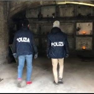 Roma, migliaia di dosi di cocaina nascoste nelle tombe del Verano: arrestato marmista