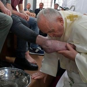 Il Papa nel carcere di Velletri: si inginocchia, lava e bacia i piedi a 12 detenuti