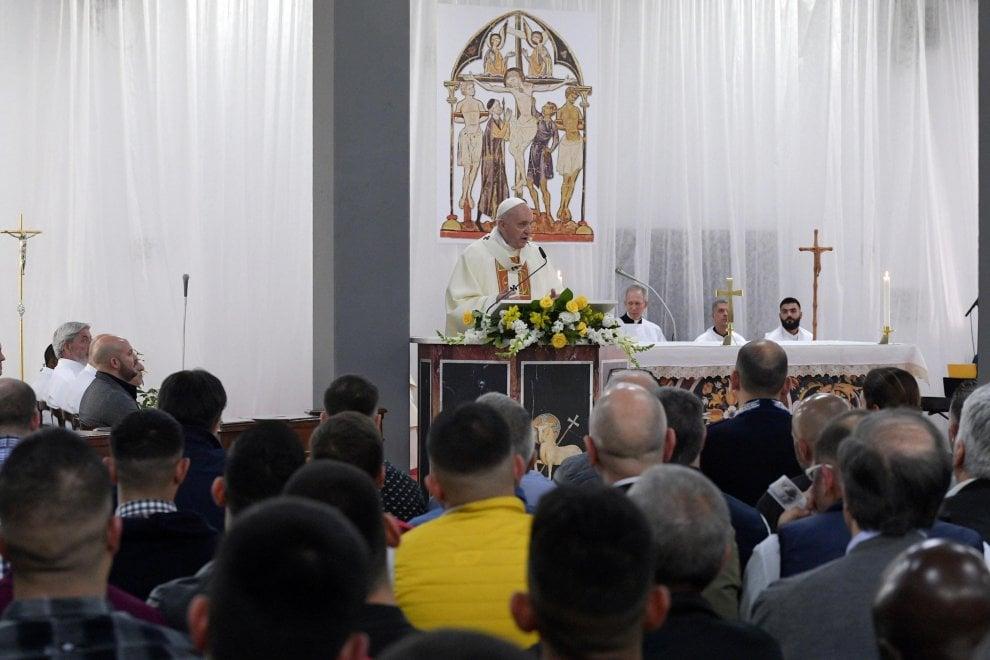 Giovedì Santo, Papa Francesco lava e bacia i piedi ai detenuti del carcere di Velletri