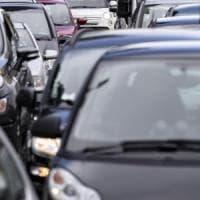 Roma, l'auto blocca quattro tram: il proprietario finisce a giudizio