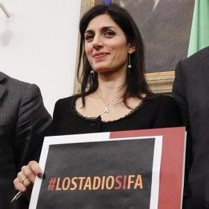 """Raggi indagata per lo stadio Roma, legali: """"Nessun dolo, approvazione in Consiglio fu solo rinviata"""""""