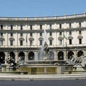 Roma, tamponamento a catena in piazza Repubblica tra auto e bus Atac. Quattro feriti