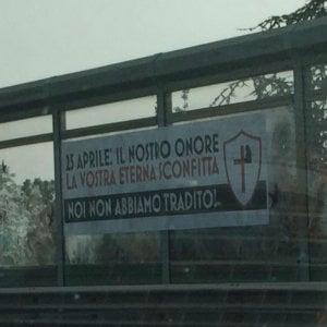 """Roma, striscione fascista sul Gra: """"Noi non abbiamo tradito"""""""