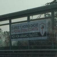 Roma, striscione fascista sul Gra: