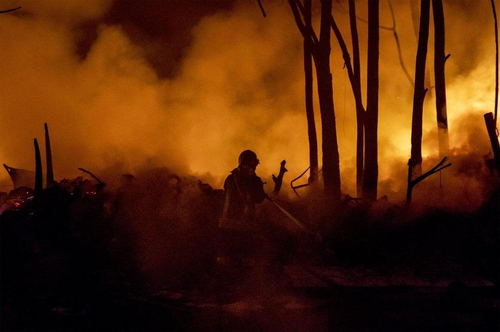 """Roma, fiamme nella notte in una discarica abusiva sulla Collatina. Raggi: """"Siamo sotto attacco della criminalità"""""""