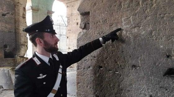 Roma, incide iniziali di marito e figli sul Colosseo: turista denunciata