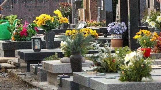 Abbandona l'urna con le ceneri della madre nel cimitero: denunciato a Roma