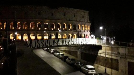 """""""Mussolini per mille anni"""", striscione neofascista di Forza Nuova al Colosseo"""