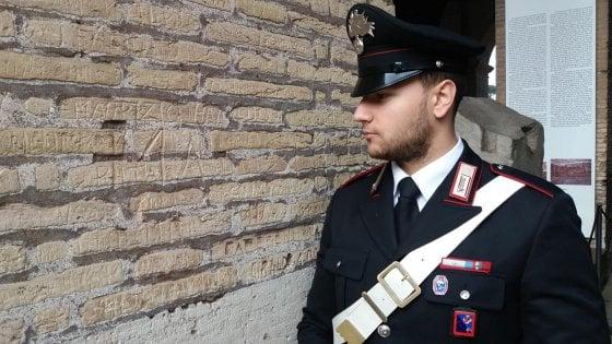 Incide il suo nome sul Colosseo: studentessa bulgara denunciata
