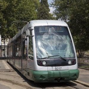 Sosta selvaggia a Roma, auto blocca tram a Centocelle