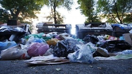 Emergenza rifiuti a Roma, in aumento anche il rovistaggio
