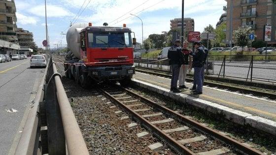 Roma, betoniera senza controllo travolge auto e finisce sulle rotaie: 5 feriti