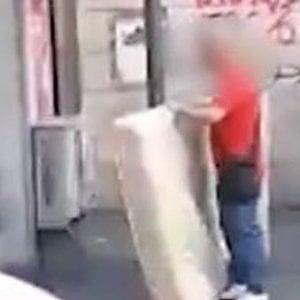 """Roma: abbandona materasso in strada, Raggi posta il video: """"Ma è vecchio"""""""