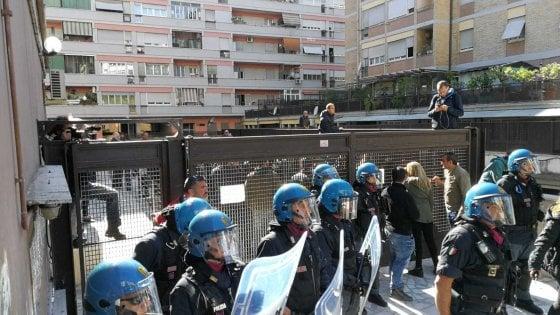 Roma, casa a famiglia rom: tensioni a Casal Bruciato tra Asia Usb e CasaPound