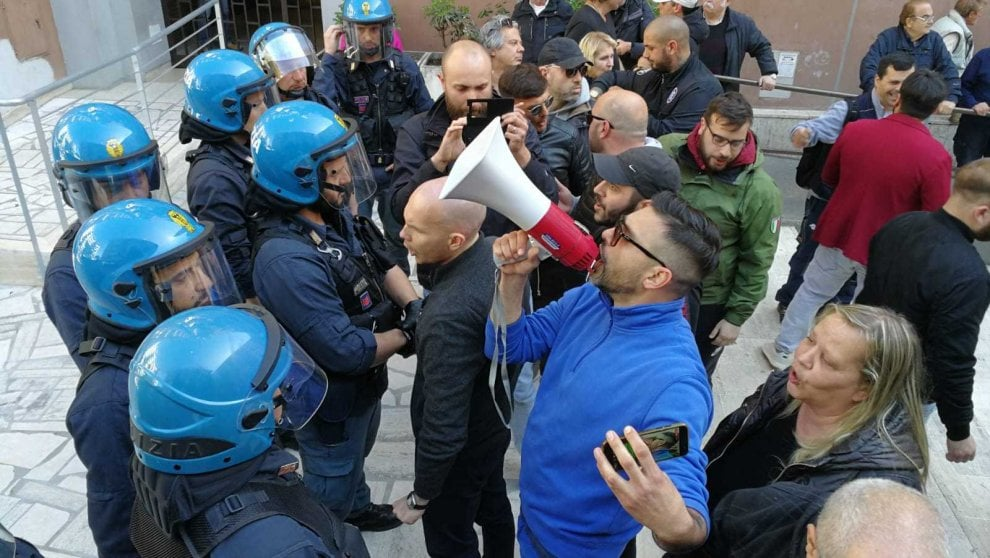 Roma, casa a famiglia rom: tensione a Casal Bruciato tra CasaPound e Usb