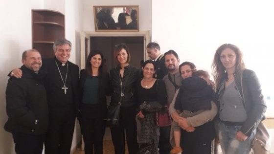 """Casa a rom a Roma, Raggi contestata a Casal Bruciato. """"Famiglia resta, ha diritto a casa"""". Di Maio irritato"""