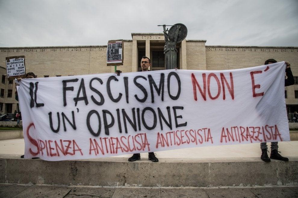 """Lucano, bandiere e cori antifascisti alla Sapienza: """"La libertà di opinione inizia dove non ci sono i fascisti"""""""