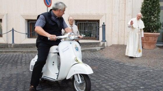 """Roma, palazzo occupato: inquilini in difesa dell'elemosiniere del Papa: """"Pronti ad auto-denunciarci"""".  Acea presenta esposto"""